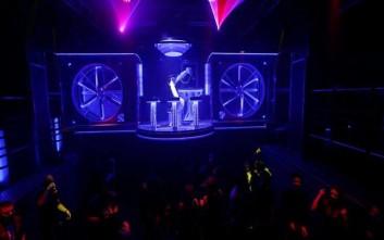 Ρομπότ-dj παίζει μουσική σε νυχτερινό κλαμπ της Πράγας