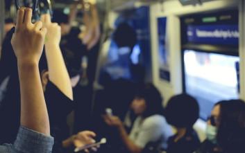 Όταν θέλεις απεγνωσμένα να κάτσεις στο μετρό, κάνεις τα πάντα
