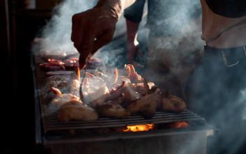 Οι κίνδυνοι για όσους ψήνουν σε κάρβουνα ή ξύλα
