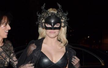 Η Πάμελα Άντερσον έβγαλε την catwoman που κρύβει μέσα της