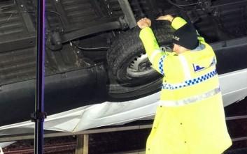 Αστυνομικός συγκρατεί με τα χέρια του φορτηγό για να μη βουτήξει στο κενό