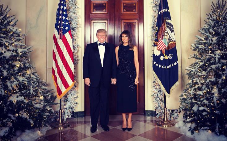 Ντόναλντ Τραμπ και Μελάνια φόρεσαν τα καλά τους και εύχονται «Καλά Χριστούγεννα»