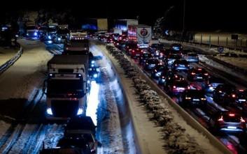 Πολύωρη ταλαιπωρία των οδηγών μέσα στο χιόνι και ουρές χιλιομέτρων στην εθνική οδό