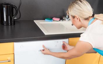 Γιατί να βάλετε μια φλούδα λεμόνι μέσα στο πλυντήριο πιάτων σας