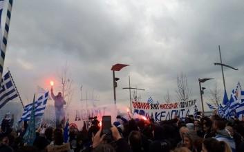 Φωτιά σε σημαία των Σκοπίων στο συλλαλητήριο για το Σκοπιανό