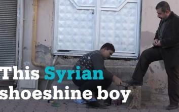 Η εικόνα του 12χρόνου πρόσφυγα που έγινε viral και η κίνηση που συγκινεί