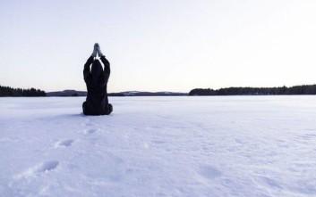 Μαθήματα γιόγκα από Ινδούς γκουρού στις χιονισμένες πλαγιές των Άλπεων