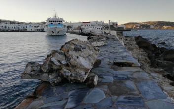 Σφοδροί άνεμοι τσάκισαν τον μόλο στο παλιό λιμάνι της Μυκόνου