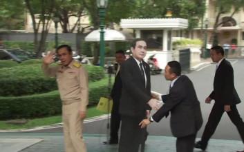 Ο πρωθυπουργός της Ταϊλάνδης έφυγε κι άφησε πίσω του ένα ομοίωμά του από χαρτόνι