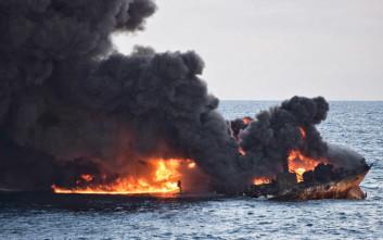 Φόβοι για τεράστια ρύπανση από τη βύθιση του φλεγόμενου τάνκερ