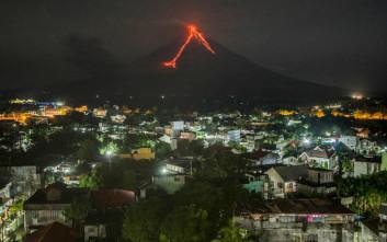 Το ηφαίστειο Μαγιόν έκανε τη νύχτα μέρα στις Φιλιππίνες