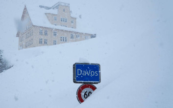 Με ελικόπτερα η παγκόσμια ελίτ στο Νταβός που «θάφτηκε» στο χιόνι