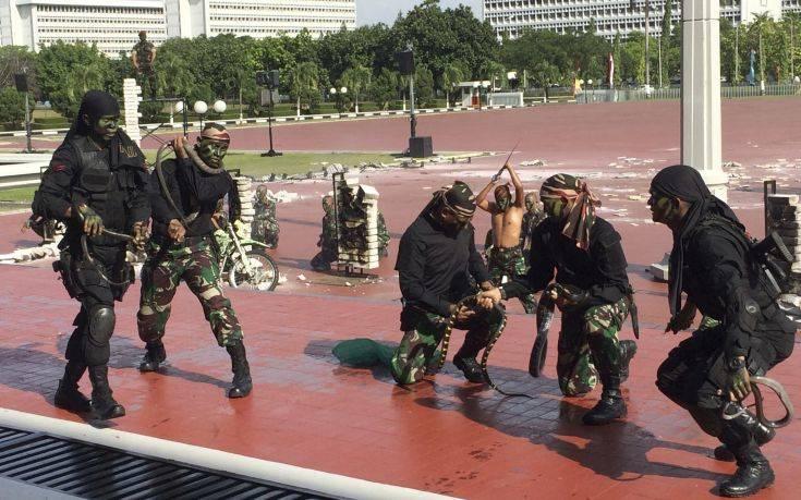 Ινδονήσιοι στρατιώτες ήπιαν αίμα φιδιού και κυλιόντουσαν πάνω σε γυαλιά