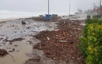 Η θάλασσα βγήκε στο δρόμο στα παράλια του νομού Λάρισας