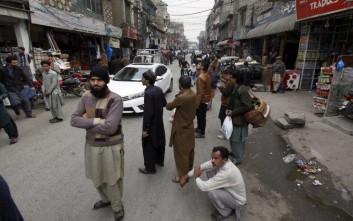 Ένα παιδί στο Πακιστάν θύμα του σεισμού στο Αφγανιστάν