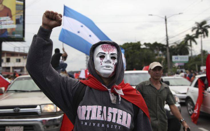 Opposition supporters protest in a march led by Salvador Nasralla, who reaffirmed his claim on the presidency, in the central park of San Pedro Sula, Honduras, Saturday, Jan. 6, 2018. Following a disputed election marred by irregularities, incumbent Juan Orlando Hernandez was declared the victor and will be inaugurated on Jan. 27. At a march and rally that drew thousands, Nasralla said he would not stop calling for protests and civil disobedience until Hernandez agrees to step down. (AP Photo/Fernando Antonio)