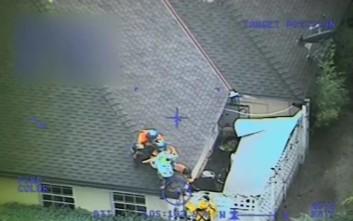 Διάσωση οικογένειας με ελικόπτερο από στέγη σπιτιού στην Καλιφόρνια
