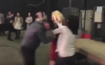 Απατημένη γυναίκα επιτίθεται στον άντρα της λίγο πριν βγουν στην τηλεόραση