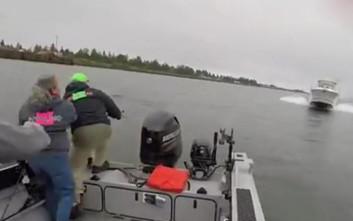 Ψαράδες πήδηξαν στο νερό για να γλιτώσουν από ταχύπλοο που πήγαινε κατά πάνω τους