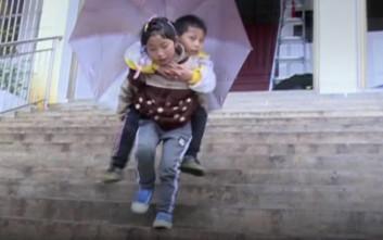Εννιάχρονο κοριτσάκι κουβαλά κάθε μέρα τον παράλυτο αδερφό της στις πλάτες της