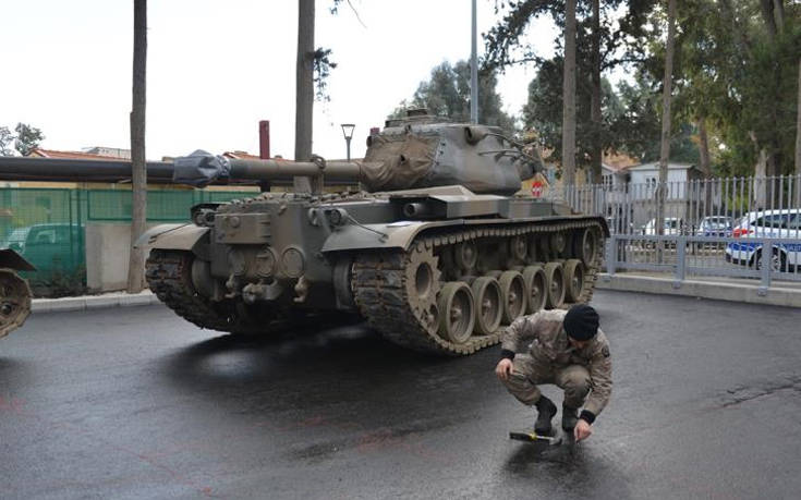 Κεντρικός δρόμος της Λευκωσίας γέμισε άρματα μάχης