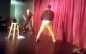 Θεατής ορμάει σε κωμικό ηθοποιό πάνω στη σκηνή και τον χτυπάει