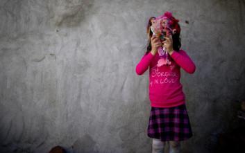 Το τσαντάκι που έδωσε η μικρή στους αστυνομικούς έκρυβε εκπλήξεις