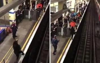 Της έπεσε το κινητό στο μετρό, βούτηξε να το πιάσει και προκάλεσε χάος