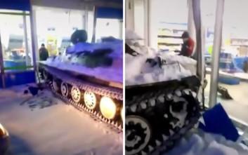 Μεθυσμένος Ρώσος κλέβει άρμα μάχης και εισβάλει σε σούπερ μάρκετ!