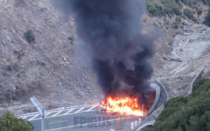 Νταλίκα τυλίχθηκε στις φλόγες στην Εγνατία Οδό