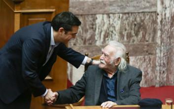 Ο Μανώλης Γλέζος στη Βουλή και η χειραψία με τον Τσίπρα