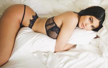 Η Kylie Jenner ποζάρει με σέξι διάθεση στο φακό