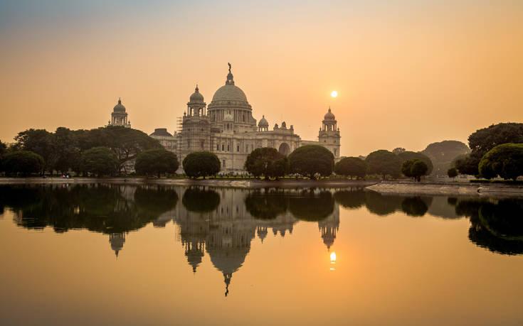 Πολύχρωμα φεστιβάλ και μεγαλόπρεποι ναοί στην Καλκούτα
