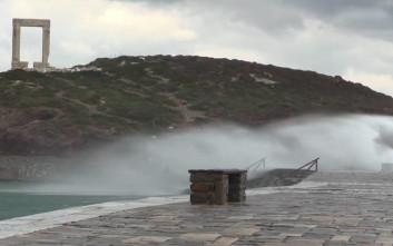 Μεγάλα κύματα «πνίγουν» το λιμάνι της Νάξου