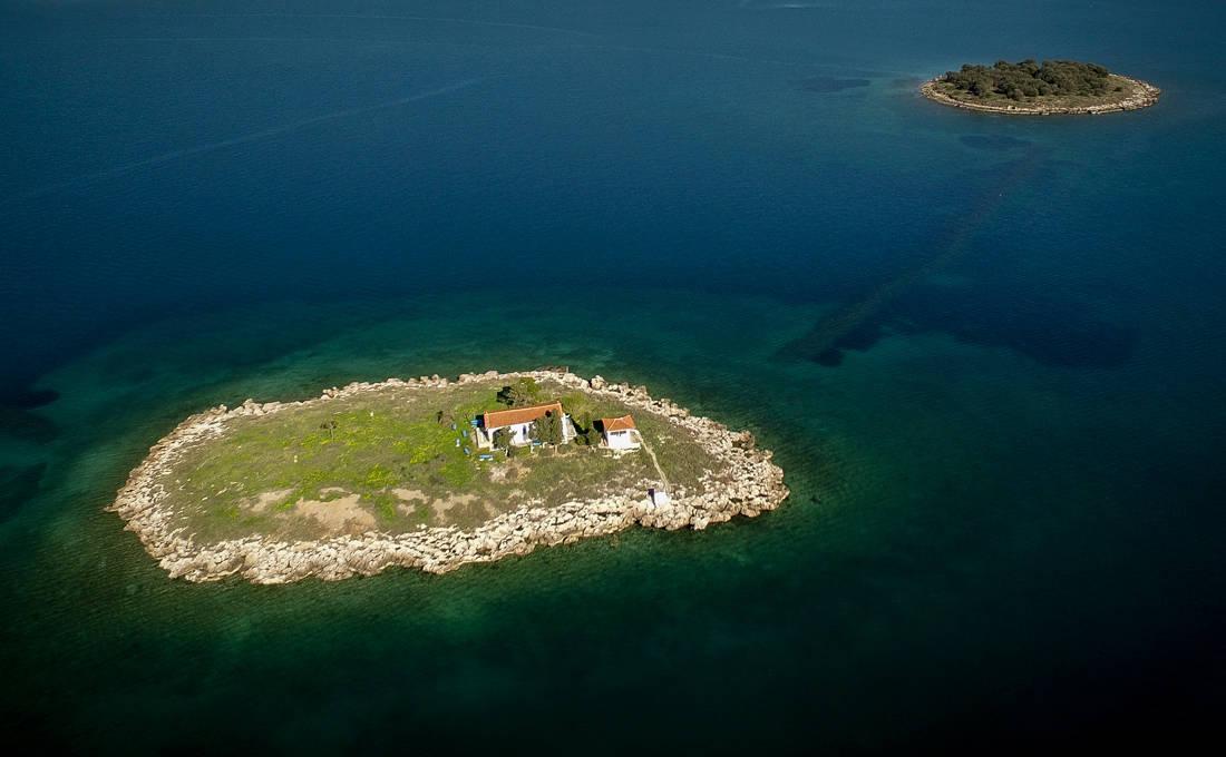 Το νησάκι της Ιτέας με το μικρό εκκλησάκι
