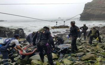 Ακόμα μαζεύουν πτώματα από το μοιραίο λεωφορείο στο Περού