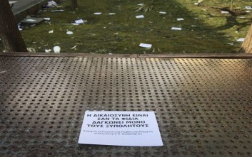 Μέλη του Ρουβίκωνα πέταξαν τρικάκια έξω από το σπίτι του Προκόπη Παυλόπουλου