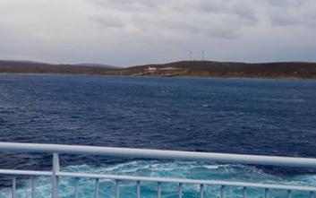«Έμεινε» το «Νήσος Χίος» λόγω των θυελλωδών ανέμων