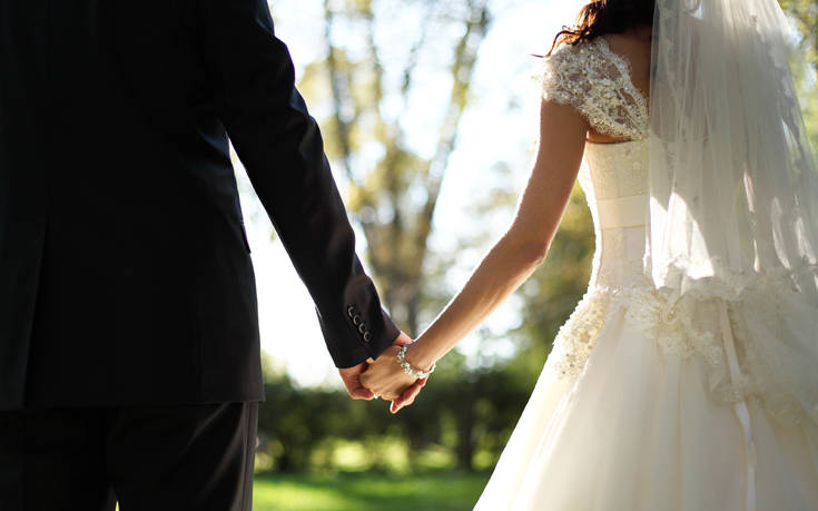 Οι άνθρωποι που επιλέγουν να παντρευτούν ολότελα ξένους