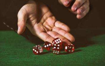Αστυνομικοί τους τη χάλασαν ενώ στο «τραπέζι» παίζονταν 13.500 ευρώ