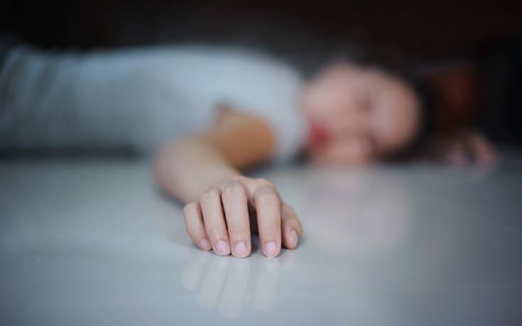Έβαλε τα τρία παιδιά της για ύπνο και αυτοκτόνησε