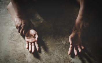 Δεκαοχτώ άνθρωποι νάρκωναν και βίαζαν συστηματικά μια 12χρονη