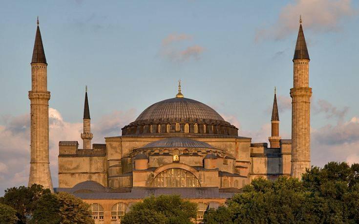 Τούρκοι προσευχήθηκαν έξω από την Αγιά Σοφιά