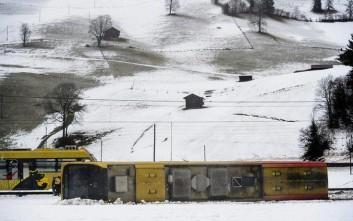 Οι άνεμοι εκτροχίασαν τρένο, γκρέμισαν το χριστουγεννιάτικο δέντρο στη Βέρνη