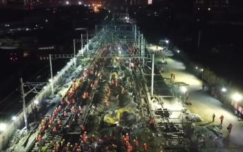 Κινέζοι εργάτες στρώνουν σιδηροδρομική γραμμή για νέο σταθμό σε μόλις… 9 ώρες