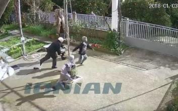 Καρέ καρέ η επίθεση ανήλικων Ρομά σε ηλικιωμένη για να την κλέψουν