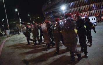 Η στιγμή που ο αστυνομικός καταρρέει εν μέσω επεισοδίων πριν το Μπιλμπάο-Σπαρτάκ