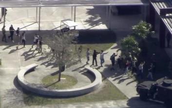 Διώκεται ο αστυνομικός που έσωσε τον εαυτό του στην αιματοχυσία σε σχολείο του Πάρκλαντ