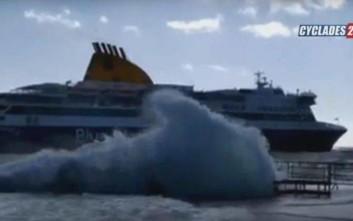 Μάχη καπετάνιου να δέσει το πλοίο στο λιμάνι της Τήνου