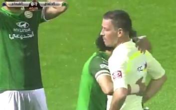 Ποδοσφαιριστής χτύπησε με μπουκάλι διαιτητή
